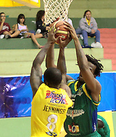 BUCARAMANGA -COLOMBIA, 06-05-2013. Philip Brown (I) de Búcaros disputa el balón con Reque Newsome (D) de Bambuqueros durante partido de la fecha 11 fase II de la  Liga DirecTV de baloncesto Profesional de Colombia realizado en el coliseo Vicente Díaz Romero en Bucaramanga./  Philip Brown (L) of Bucaros fights for the ball with Bambuqueros player Reque Newsome (R) during match of the 11th date phase II of  DirecTV professional basketball League in Colombia at Vicente Diaz Romero coliseum in Bucaramanga . Photo:VizzorImage / Jaime Moreno / STR