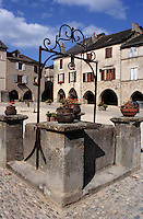 Europe/France/Auvergne/12/Aveyron/Sauveterre-de-Rouergue: La place centrale avec son vieux puit