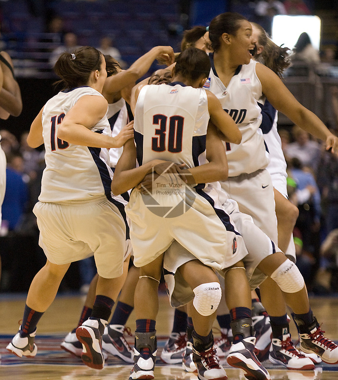 040709TVWOMENFINALFOUR13.UConn players celebrate after defeating Louisville 76-54 at the NCAA Women's Final Four at the Scottrade Center in St. Louis, MO on Tuesday April 7, 2009..MCT/TIM VIZER