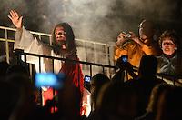 """SANTANA DO PARNAÍBA, SP, 02.04.2015 - DRAMA DA PAIXÃO: Apresentação do espetáculo """"Drama da Paixão"""", realizado na noite desta quinta feira (03), ás margens do Rio Tietê, na Barragem Edgard de Souza em Santana do Parnaíba. A encenação conta a história de Jesus Cristo, desde o seu batismo até o momento de sua ressurreição e ascensão aos céus.<br /> Sob a direção de Edimilson Andrade, o espetáculo é considerado o segundo maior do país do gênero possui quase duas horas e meia de duração. (Foto: Levi Bianco - Brazil Photo Press)"""