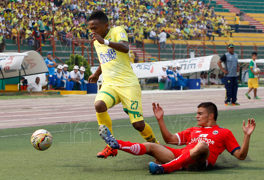 BUCARAMANGA - COLOMBIA - 13 - 03 - 2016: Jairo R. Castillo (Izq.) jugador de Atletico Bucaramanga disputa el balón con Luciano A. Ospina (Der.) jugador de Fortaleza FC, durante partido entre Atletico Bucaramanga y Fortaleza FC, por la fecha 9 de la Liga Aguila I-2016, jugado en el Alfonso Lopez de la ciudad de Bucaramanga. / Jairo R. Castillo (L) player of Atletico Bucaramanga vies for the ball with Luciano A. Ospina (R) player of Fortaleza FC,  during a match between Atletico Bucaramanga and Fortaleza FC, for the date 9 of the Liga Aguila I-2016 at the Alfonso Lopez Stadium in Bucaramanga city Photo: VizzorImage  / Duncan Bustamante / Cont.