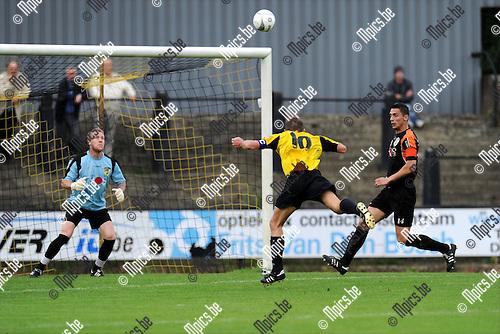2011-09-11 / Voetbal / seizoen 2011-2012 / Berchem Sport - FC Charleroi / Thieery Flies (Berchem) mist een goede kopkans..Foto: Mpics