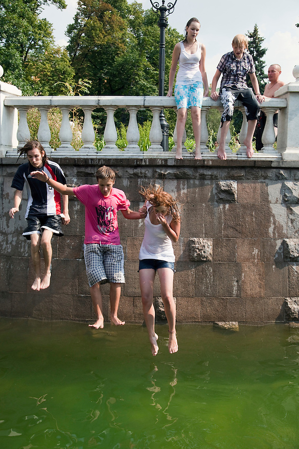 Moscow, Russia, 16/07/2010..Teenagers dive and swim in fountains next to the Kremlin and Red Square during a prolonged heatwave that has seen temperatures of over 37C, a record for the city.