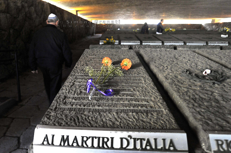 Roma, 23 Marzo 2009.Mausoleo delle Fosse Ardeatine.Le tombe dei 335 martiri uccisi dai nazisti il 24 Marzo 1944..Rome, 23 March 2009.Mausoleum of the Ardeatine.The graves of 335 martyrs killed by the Nazis March 24, 1944