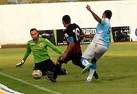 MONTERIA - COLOMBIA -04 -04-2015: Martin Arzuaga (Der.) jugador de Jaguares FC disputa el balón con Michael Etulain (Izq.) portero de Cucuta Deportivo, durante partido entre Jaguares FC y Cucuta Deportivo, por la fecha 13 de la Liga Aguila I-2015, jugado en el estadio Municipal de Monteria en la ciudad de Monteria. / Martin Arzuaga (R) player of Jaguares FC vies for the ball with Michael Etulain (L) goalkeeper of Cucuta Deportivo, during a match between Jaguares FC and Cucuta Deportivo for the  date 13 of the Liga Aguila I-2015 at the Municipal de Monteria Stadium in Monteria city, Photo: VizzorImage  / Jose Perdomo / Cont.