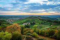 Germany, Baden-Wuerttemberg, Black Forest, District Ortenau, Durbach: view from castle Staufenberg across wine village Durbach with parish church St Henry (left) towards Upper Rhine Plain | Deutschland, Baden-Wuerttemberg, Schwarzwald, Ortenaukreis, Durbach: Blick vom Schloss Staufenberg auf den Weinort Durbach mit der Kath. Pfarrkirche St. Heinrich aus dem Jahr 1790 (links) und weiter zur Oberrheinischen Tiefebene