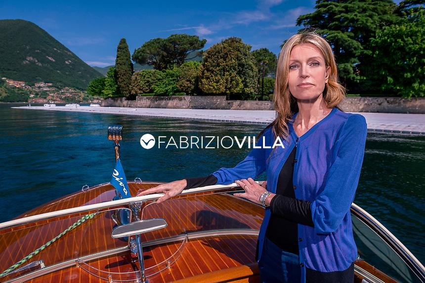 Umberta Gnutti Beretta sul lago d'iseo davanti l'isola di San Paolo.