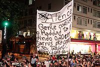 """SÃO PAULO, SP - 19.06.2013: COMEMORAÇÃO REDUÇÃO DA TARIFA  - Manifestantes paralizam a Av Paulista em São Paulo nessa noite de 4 feira (19) Com gritos """"Só começou"""" e """"Sem Violencia"""" em comemoração ao anuncio de revogação do aumento da tarifa comunicado pelo Prefeito Fernando Haddad. (Foto: Marcelo Brammer/Brazil Photo Press)"""