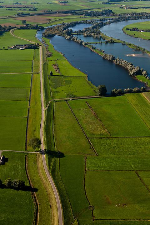 Nederland, Overijssel, Gemeente Hattem, 03-10-2010; Beneden-IJssel, voorbij Zwolle, links de Zalkerdijk (Zalk net buiten beeld). Het zomerbed van de rivier zal worden uitgegraven. Deze zomerbedverlaging vindt plaats in het kader van Ruimte voor de Rivier..Lower IJssel, the (summer) riverbed will be excavated creating more space for the river..luchtfoto (toeslag), aerial photo (additional fee required).foto/photo Siebe Swart