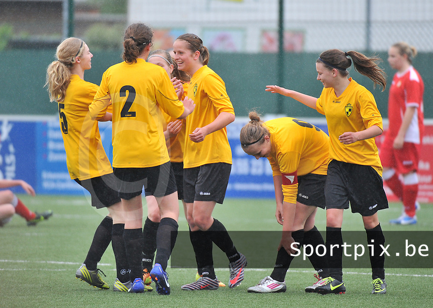 Lierse U16 - Standard de Liege U16 : vreugde bij Lierse na de 2-0 met Jana Janssens (C) en Charlotte Van Ishoven (midden).foto DAVID CATRY / Nikonpro.be
