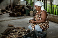 """Sra. Maria Lina Duarte durante o processo de produção da farinha de tapioca dotipo """"Pipoquinha""""<br />Vila de Americano, Santa Izabel.<br /> ©Carlos Borges"""