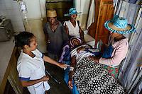 MADAGASCAR, village AMBOHITSARA, tribe ANTAMBAHOAKA, health station / MADAGASKAR, Mananjary, Stamm der ANTAMBAHOAKA im Dorf AMBOHITSARA am canal des Pangalanes, Krankenstation, Behandlung eines patienten durch Krankenschwester ESTELLA