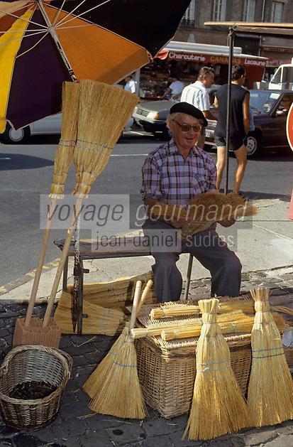 Europe/France/Midi-Pyrénées/81/Tarn/Albi: Le marché - Marchand de balais [Non destiné à un usage publicitaire - Not intended for an advertising use]<br /> PHOTO D'ARCHIVES // ARCHIVAL IMAGES<br /> FRANCE 1990