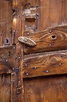 Europe/France/Rhone-Alpes/73/Savoie/Saint-Martin-de-Belleville: détail vieille porte au hameau de Villaranger