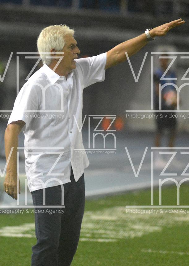 BARRANQUIILLA - COLOMBIA, 30-11-2017:Julio Comesa&ntilde;a t&eacute;cnico del Atl&eacute;tico Junior de Colombia gesticula durante partido de vuelta contra Flamengo de Brasil por la semifinal 2 de la Copa CONMEBOL Sudamericana 2017  jugado en el estadio Metropolitano Roberto Mel&eacute;ndez de la ciudad de Barranquilla. / Julio Comesana  coach of Atl&eacute;tico Junior of Colombia gestures during second leg match against Flamengo of Brazil for the semifinal 2 of the Copa CONMEBOL Sudamericana 2017played at Metropolitano Roberto Melendez stadium in Barranquilla city<br /> .  Photo: VizzorImage/ Alfonso Cervantes / Cont