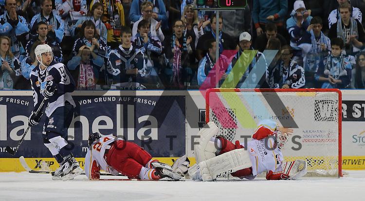 Eishockey DEL 2015 / 16 - 08.01.2016 - 35. Spieltag Hamburg Freezers vs. Duesseldorfer EG<br /> <br /> Foto: v.l. Thomas Oppenheimer (Hamburg), Corey Mapes (Duesseldorf) und Goalie Bobby Goepfert (Duesseldorf)  beim Spiel in der DEL, Hamburg Freezers - Duesseldorfer EG.<br /> <br /> Foto &copy; PIX-Sportfotos *** Foto ist honorarpflichtig! *** Auf Anfrage in hoeherer Qualitaet/Aufloesung. Belegexemplar erbeten. Veroeffentlichung ausschliesslich fuer journalistisch-publizistische Zwecke. For editorial use only.