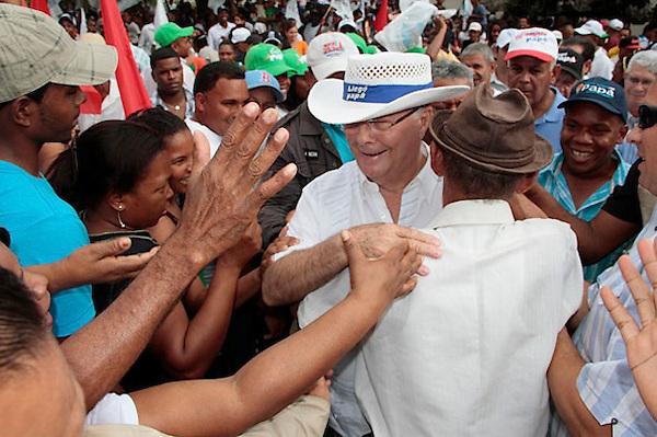 Hipolito Mejia candidato presidencial por el Partido Revolucionario Dominicano en recorrido por los Almácigos y Santiago Rodríguez , Valverde Mao, Concentración
