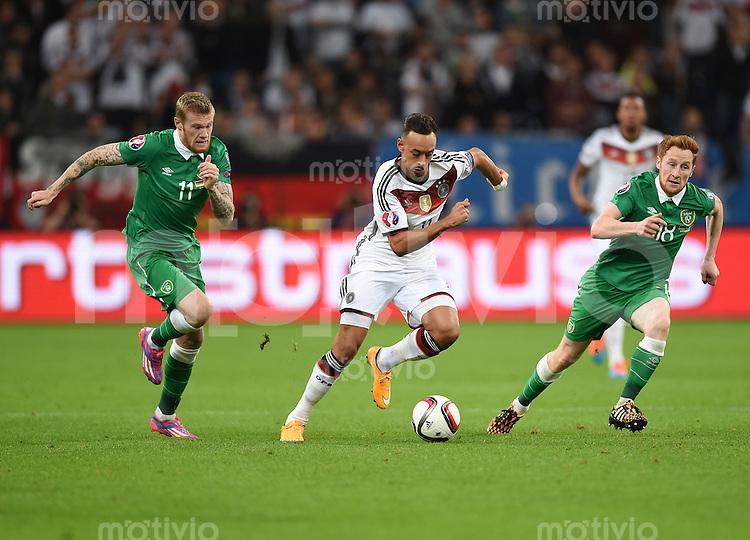 Fussball International EM 2016-Qualifikation  Gruppe D  in Gelsenkirchen 14.10.2014 Deutschland - Irland Karim Bellarabi (Deutschland Mitte) gegen James McClean (links) und Stephen Quinn (rechts beide Irland)