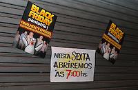 CURITIBA, PR,27.11.2015 – BLACK FRIDAY - Fachada de loja com cartazes da mega liquidação Black Friday na madrugada desta sexta-feira (27) no centro de Curitiba (PR).(Foto: Paulo Lisboa / Brazil Photo Press)