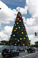 SAO PAULO, SP, 09.12.2013 - ARVORE NATAL IBIRAPUERA - Tradicional Arvore de Natal é vista, em frente ao Parque do Ibirapuera, região sul da capital, nesta segunda feira, 09. (Foto: Alexandre Moreira / Brazil Photo Press)