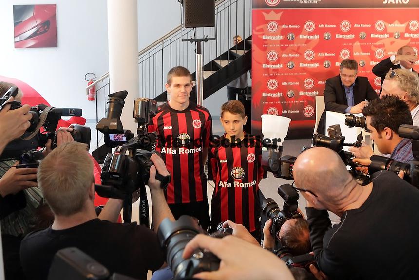 Sebastian Jung (Eintracht)und Daniel Dejanovic (Eintracht U14) - Trikotpraesentation Eintracht Frankfurt