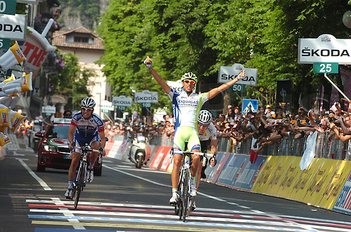 26.05.2011 Eros Capecchi (Liquigas-Cannondale) held his nerve in San Pellegrino Terme to seal victory in the sprint finish in San Pellegrino Terme.