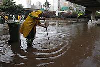 SAO PAULO, SP, 19-02-2013, ALAGAMENTO PCA 14 BIS. A forte chuva que caiu na tarde dessa Terca-feira (19) inundou a Praca 14 Bis proximo ao terminal Bandeiras, no centro de Sao Paulo.  Luiz Guarnieri/ Brazil Photo Press.