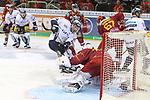 Berlins JasonJaspers (Nr.12)  stochert nach, Duesseldorfs Goalie Fredrik Pettersson-Wentzel (Nr.53) fasst zu beim Spiel in der DEL, Duesseldorfer EG (rot) - Eisbaeren Berlin (weiss).<br /> <br /> Foto © PIX-Sportfotos *** Foto ist honorarpflichtig! *** Auf Anfrage in hoeherer Qualitaet/Aufloesung. Belegexemplar erbeten. Veroeffentlichung ausschliesslich fuer journalistisch-publizistische Zwecke. For editorial use only.