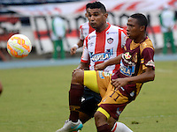 BARRANQUILLA- COLOMBIA - 19-08-2015: Jorge Narvaez jugador del Atletico Junior  de Colombia  disputa el balon con  Andres Ibarguen del Deportes Tolima de Colombia  durante partido de vuelta por la Fase II de  Copa Sudamericana jugado en el estadio Metroplitano. /  Jorge Narvaezplayer of Atletico Junior  of Colombiaxxxx fights for the ball with  Andres Ibarguen of Deportes Tolima of Colombia during the second leg of Copa Sudamericana Phase II played in the Metroplitano stadium . Photo: VizzorImage / Alfonso Cervantes / Contribuidor