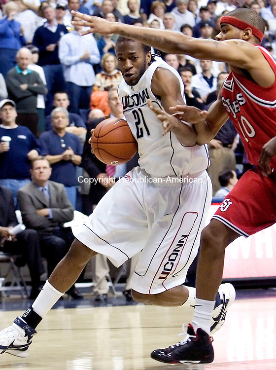 STORRS, CT- 08 JANUARY 2008- 010808JT04-<br /> UConn's Stanley Robinson dribbles past St. John's D. J. Kennedy during Tuesday's game in Storrs. UConn won 81-65.<br /> Josalee Thrift / Republican-American