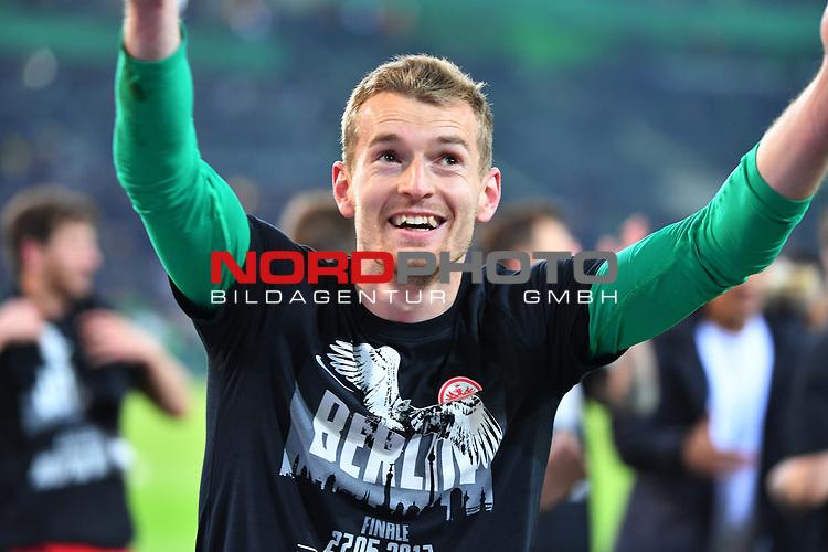 25.04.2017, Borussia-Park, Moenchengladbach, GER, DFB Pokal Halbfinale, Borussia Moenchengladbach vs Eintracht Frankfurt<br /> <br /> im Bild / picture shows: <br /> Lukas Hradecky Torwart (Frankfurt #1), bedankt sich im Berlin Shirt bei den Fans <br /> <br /> <br /> <br /> Foto &copy; nordphoto / Meuter