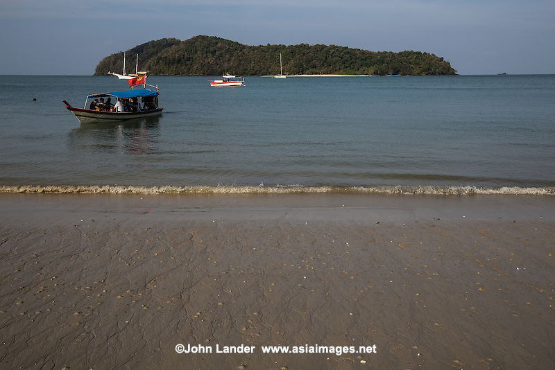 Situated just around the southern road bend of Cenang Beach, Tengah Beach is really just a continuation of Pantai Cenang.  There are dozens of spas and seafood restaurants down here, and is much less developed, less noisy and far less mass tourism than Cenang.
