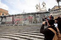 L'installazione inaugurata sulla scalinata di Piazza di Spagna, a Roma, 9 novembre 2009, per celebrare il ventesimo anniversario della caduta del Muro di Berlino..A tourist takes a picture of an installation representing the Berlin Wall, set up on the Spanish Steps in Rome, 9 november 2009, to mark the 20th anniversary of its fall..UPDATE IMAGES PRESS/Riccardo De Luca