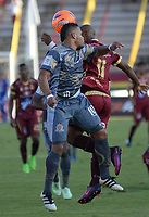 IBAGUÉ -COLOMBIA, 26-01-2016. Jaminton Campaz (Der) jugador de Deportes Tolima disputa el balón con Johan Muñoz (Izq) jugador del Tigres FC durante partido por la fecha 11 de la Liga Águila I 2017 jugado en el estadio Manuel Murillo Toro de la ciudad de Ibagué. / Jaminton Campaz (R) player of  Deportes Tolima vies for the ball with Johan Muñoz (L) player of Tigres FC during match for date 11 of the Aguila League I 2017 played at Manuel Murillo Toro stadium in Ibague city. Photo: VizzorImage / Juan Carlos Escobar / Cont