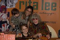 SÃO PAULO, SP, 16.11.2016 -  RITA-LEE - Sarah Oliveira e os filhos prestigia a cantora Rita Lee durante o lançamento de sua autobiografia, na Livraria Cultura do Conjunto Nacional, na Avenida Paulista, em São Paulo, nesta quarta-feira, 16. (Foto: Ciça Neder / Brazil Photo Press)