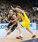 07.01.2018, EWE Arena, Oldenburg, GER, BBL, Eisb&auml;ren EWE Baskets Oldenburg vs WALTER Tigers T&uuml;bingen, im Bild<br /> <br /> Reggie UPSHAW  (T&uuml;bingen #30 )<br /> Philipp SCHWETHELM(EWE Baskets Oldenburg #33)<br /> Foto &copy; nordphoto / Rojahn
