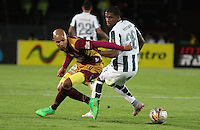 BOGOTA - COLOMBIA - 14-09-2015: Orlando Berrio jugador del Atletico Nacional disputa el balon con  Jonathan Estrada del Deportes Tolima  durante partido  por la fecha 12 de la Liga Aguila II 2015 jugado en el estadio Nemesio Camacho El Campin. / Orlando Berrio player of Atletico Nacional   fights the ball against Jonathan Estrada of Deportes Tolima  during a match for the twelve date of the Liga Aguila II 2015 played at Nemesio Camacho El Campin stadium in Bogota city. Photo: VizzorImage / Felipe Caicedo / Staff.