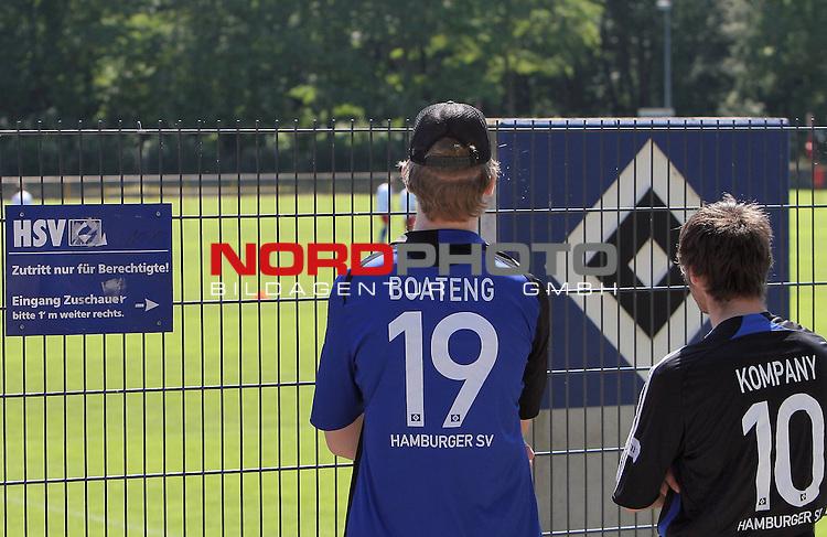 1.Liga FBL 2009/2010 HSV-Trainingsvorbereitung <br /> <br /> <br /> Diese Fans m&uuml;ssen drau&szlig;en bleiben. Sie schauen beim Training durch den Zaun.<br /> <br /> <br /> <br /> <br /> Foto &copy; nph (nordphoto)<br /> <br /> *** Local Caption ***