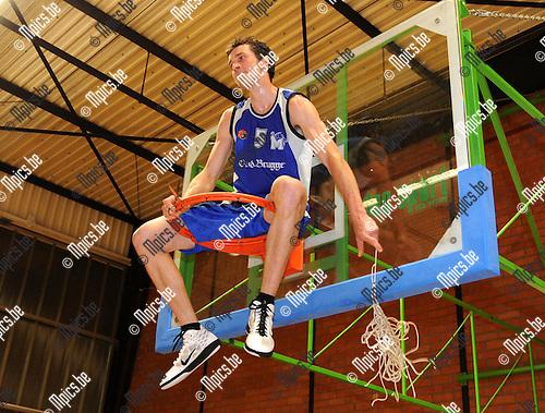 2011-04-09 / Basketbal / seizoen 2010-2011 / Malle Kampioen / Kristof Brabants knipt het netje af..Foto: Mpics