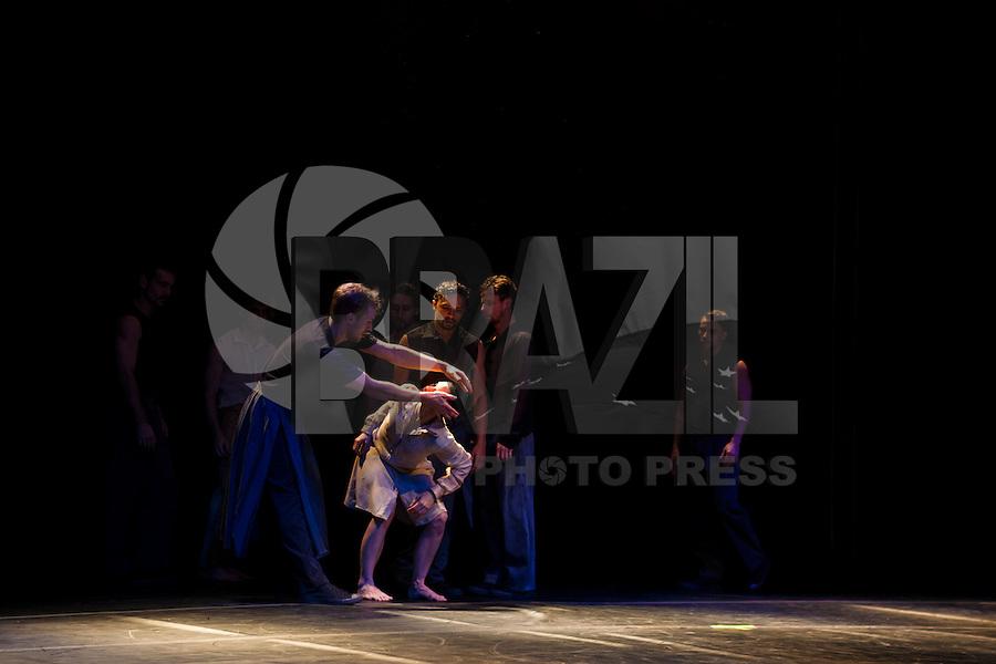 SÃO PAULO, SP, 18 DE MAIO DE 2013 - VIRADA CULTURAL - BALE DA CIDADE - A Companhia do Bale da Cidade de SP, foi uma das atrações da Virada Cultural 2013, no palco das artes, instalado no centro da cidade, neste sabado (18). FOTO RICARDO LOU/BRAZIL PHOTO PRESS.