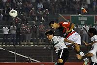 ATENÇÃO EDITOR: FOTO EMBARGADA PARA VEÍCULOS INTERNACIONAIS - SÃO PAULO, SP, 05 DE SETEMBRO DE 2012 - CAMPEONATO BRASILEIRO - PORTUGUESA x CORITIBA: Bruno Mineiro cabeceia para fazer o primeiro gol da Portuguesa durante partida Portuguesa x Coritiba, válida pela 22ª rodada do Campeonato Brasileiro de 2012 no Estádio do Canindé. FOTO: LEVI BIANCO - BRAZIL PHOTO PRESS