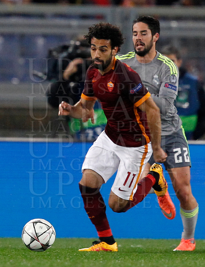 Calcio, andata degli ottavi di finale di Champions League: Roma vs Real Madrid. Roma, stadio Olimpico, 17 febbraio 2016.<br /> Roma's Mohamed Salah, left, is chased by Real Madrid's Isco during the first leg round of 16 Champions League football match between Roma and Real Madrid, at Rome's Olympic stadium, 17 February 2016.<br /> UPDATE IMAGES PRESS/Riccardo De Luca