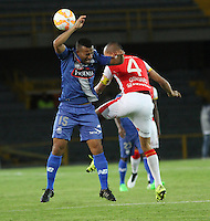 BOGOTA - COLOMBIA - 29-09-2015:Sergio Otalvaro jugador de Independiente Santa Fe de Colombia  disputa el balon con Jose Quinonez de Emelec de Ecuador  durante partido por los octavos de final  de  Copa Sudamericana jugado en el estadio Nemesio Camacho El Campin. / Sergio Otalvaro payer of Independiente Santa Fe of Colombia fights for the ball witho  Pedro Quinonez Emelec of Ecuador during the second round match of Copa Sudamericana final played at the Nemesio CamachEl Campin stadium.. Photo: VizzorImage / Felipe Caicedo / Staff.
