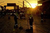 SAO PAULO, SP, 19 DE FEVEREIRO 2012 - CARNAVAL SP - Limpeza da passarela apos o 2 dia de Carnaval 2012 de São Paulo, no Sambódromo do Anhembi, na zona norte da cidade, neste domingo. (FOTO: ADRIANO LIMA  - BRAZIL PHOTO PRESS).
