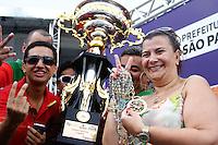 SAO PAULO, SP, 12 FEVEREIRO 2013 - CARNAVAL SP - APURAÇÃO DE VOTOS DAS ESCOLAS  DE SAMBA DE SÃO PAULO  -  A presidente da escola Mocidade Alegre, Solanche Bichara ergue a taça de campeã do Carnaval  Grupo Especial em São Paulo no Sambódromo do Anhembi na região norte da capital paulista, nesta quarta-feira, 12. (FOTO:  LOLA OLIVEIRA / BRAZIL PHOTO PRESS).