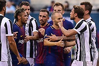 EAST RUTHERFORD, USA, 22.07.2017 - JUVENTUS-BARCELONA - Jogadores separa briga entre Neymar Jr do Barcelona e Claudio Marchisio (08) da Juventus valido pela  International Champions Cup 2017 no MetLife Stadium na cidade de East Rutherford, New Jersey. (Foto: Vanessa Carvalho/Brazil Photo Press)