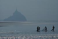 Europe/France/Normandie/Basse-Normandie/50/Manche: Pêcheurs dans la baie du Mont Saint-Michel