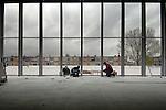 LEIDEN - In Leiden werken medewerkers van bouwcombinatie  IBB Konder en Boele & Van Eesteren, aan het ambitieuse bouwproject De Luifelbaan. In samenwerking met de winkeliersvereniging Luifelbaan wordt in opdracht van Het Bouwfonds MAB voor zestig miljoen euro een groot winkelcentrum met een drielaags parkeerdek gebouwd, en een 19 etage hoge woontoren voor 92 appartementen. Het complex dat volgens de gemeente het tweede economische winkelhart van Leiden moet worden, krijgt ondermeer een AH met een oppervlakte van 3800 m2, die in 2008 open moet gaan. ANP PHOTO COPYRIGHT TON BORSBOOM