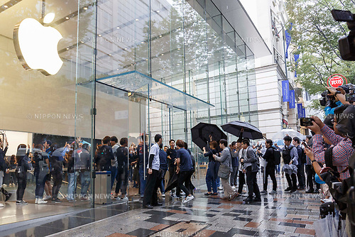 Apple fans enter to the Apple Store to get the new iPhone XS, iPhone XS Max or iWatch (Series 4) in Omotesando on September 21, 2018, Tokyo, Japan. Apple fans lined up patiently in the early morning rain to get the new iPhone models (XS and XS Max) and the new iWatch (Series 4). The new iPhone XS costs JPY 112,800 for the 64 GB model, the iPhone XS Max costs JPY 124,800 JPY for the 64 GB model, and iWatch Series 4 costs JPY 45,800. (Photo by Rodrigo Reyes Marin/AFLO)