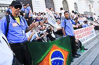 RIO DE JANEIRO, 12.05.2014 - Rodoviários da cidade do Rio de Janeiro se concentram nas escadarias da Assembleia Legislativa (Alerj), na Cinelândia, em protesto contra o acordo coletivo assinado pelo sindicato e ameaçam voltar à greve. (Foto: Néstor J. Beremblum / Brazil Photo Press)